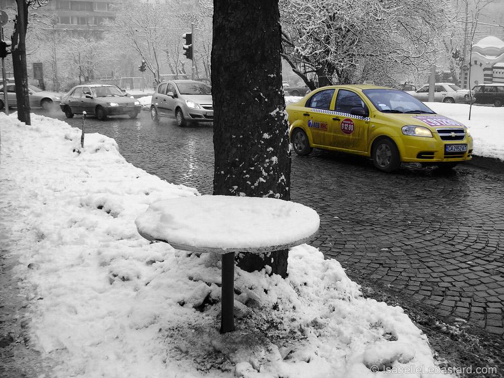 Petite table dans la neige